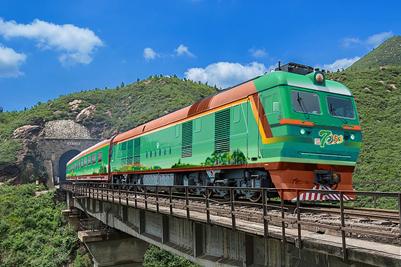 <b>濟南大學創意策劃的7053公益慢火車今日首發</b>